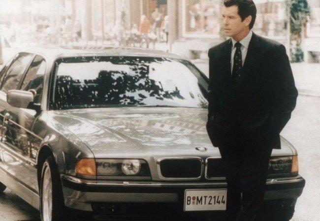 Джеймс Бонд возле BMW 750iL