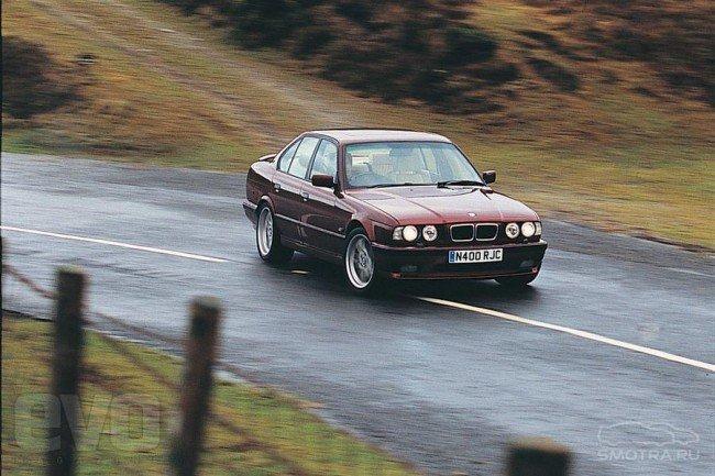 Автомобиль BMW X5 на дороге