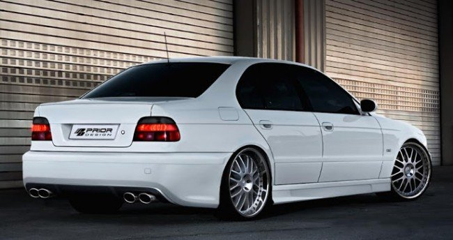 Автомобиль BMW E39 белого цвета