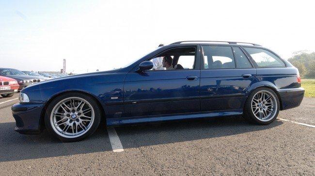 BMW E39 Touring синего цвета, вид сбоку