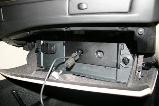 Панель BMW 5 Series E60 с подключеным USB-кабелем маршрутизатора