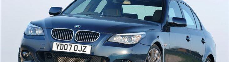 BMW 5 Series_E60 на фоне голубого неба