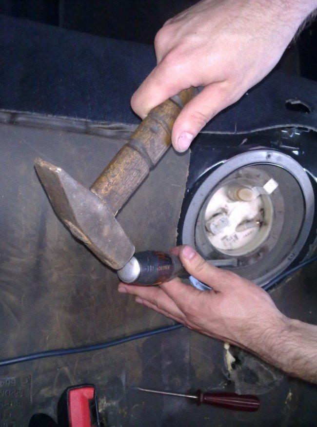 Откручивание гайки крепления  бензонасоса BMWE39