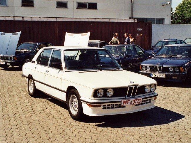 БМВ Е12 на площадке перед гаражем