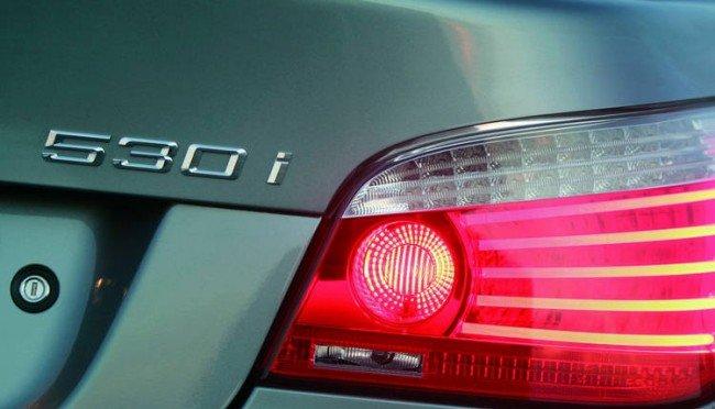 Надпись BMW 530i